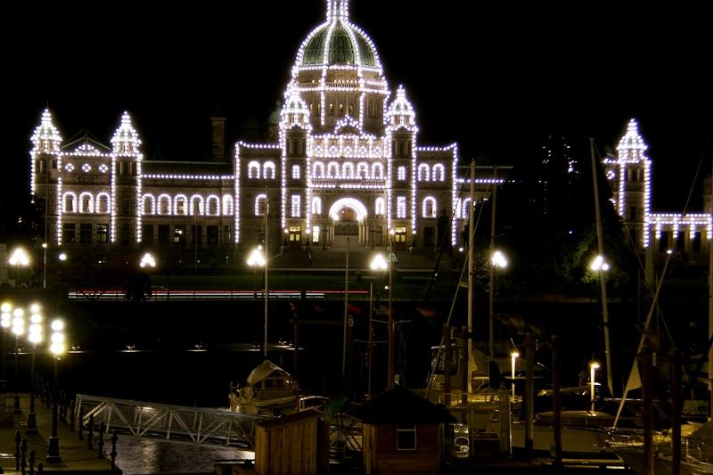 Parlamentsgebäude in Victoria bei Nacht