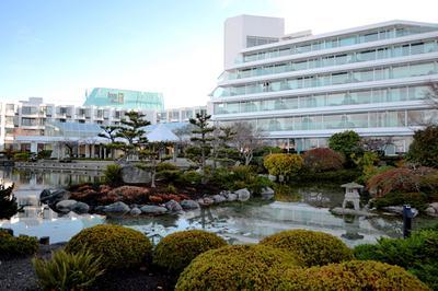 Blick auf Hotel und Gartenanlage